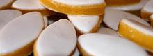 Abricots rôtis au confit de calisson, oreillettes et glace à la vanille