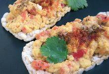Oeufs brouillés corail sur galette de riz au sésame