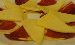 Le tapa classique Jambon Serrano(Jamón) et Fromage Manchego (Queso)(Jamón con queso)