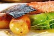 http://www.recettespourtous.com/files/imagecache/recette_fiche/img_recettes/15393_recette_saumon_norvege_cuit_sur_peau_creme_aigre.jpg