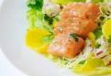 http://www.recettespourtous.com/files/imagecache/recette_fiche/img_recettes/14917_recette_brochette_saumon_salade_mesclun_mangue.jpg