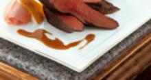 Aiguillettes de canard poelées au confit de pétales de rose, figues rôties et galette de socca