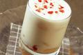 Milk-shake de yaourt, lychees et framboises à la rose