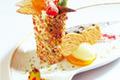 Millefeuille à la Cardamome et aux fruits rouges aux éclats de fleurs cristallisées