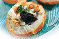 Toasts au Bleu d'Auvergne, pruneaux et jambon d'Auvergne