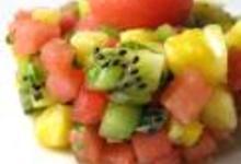Tartare de fruits aux kiwis, à l'ananas, à la pastèque, au gingembre haché, à la menthe et à la coriandre