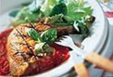 Cuisses de pintade grillées, coulis de poivrons et basilic