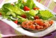 Salade romaine et toasts au saumon mariné