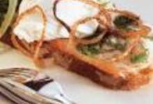 Tartine de poisson mariné à l'oeuf poché et oignons frits