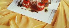 Les petites tomates farcies au riz long, escalope de thon mariné, vinaigrette de tapenade