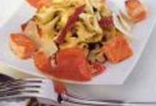 Farfalles au saumon, au jambon de Parme et aux tomates confites