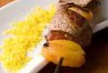 Brochettes d'agneau aux fruits secs et semoule parfumée