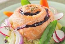 Roti de saumon à la fruité intense cassis sur un lit d'oignons