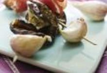 Brochettes apéritives jambon de pays, ail confit et aubergine grillée
