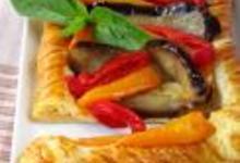 Tarte aux aubergines, panaché de poivrons