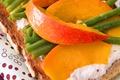 Haricots Verts Croquants, Mangues Et Fromage Frais En Bruschetta
