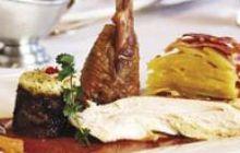 Chapon de Janzé rôti, crumble aux fruits secs et sauce au Pommeau