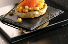 Les blinis de grains de maïs aux pommes des champs et saumon fumé