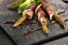 asperges roulées à la ventrêche de cochon et mesclun de salades