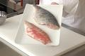 Désarêter un filet de poisson