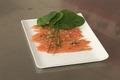 Carpaccio de saumon au citron vert et baies roses