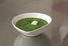 Soupe aux pousses d'épinard et petits gnocchis de ricotta