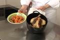 Volaille farcie aux fruits secs et rôtie entière, châtaignes et carottes