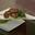 Brochette d'agneau mariné aux épices, semoule verte