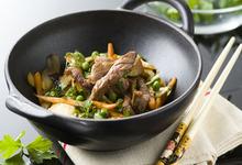 Wok d'agneau parfumé au vin de noix et légumes croquants