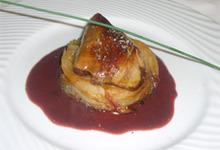 Foie gras de canard poêllé, tatin d'endives et fenouils, jus au vin rouge de Cahors et pruneaux.
