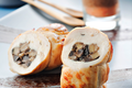 Cannellonis de Poulet Fermier d'Auvergne aux champignons de Paris, lait d'olives noires et purée de tomate