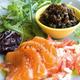 Pruneaux enracinés  au raifort, tomate râpée  et saumon frais