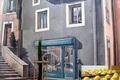 bisctins de Bédrieux et vitrine peinte