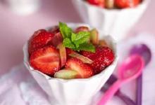 Salade de fraises, rhubarbe confite, menthe et huile d'olive vierge extra