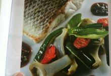 pavé de loup braisé aux artichauts, tomates et courgettes, jus barigoule avec olivers pitcholine et basilic