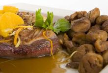 Magret de canard poêle aux marrons, aux fruits et poivre au cacao