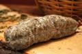 Saucisson de boeuf avec un peu de porc d'environ 400 g