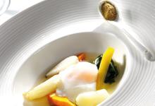 Légumes d'automne, bouillon léger au Poivre de Cassis, et œuf parfait