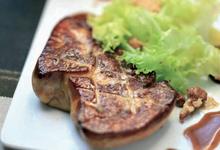 Foie Gras poêlé sauce Expresso & Vinaigre de Xérès sur salade frisée et noix