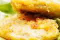 Saint Marcellin fondant pané aux noix sur salade mélangée