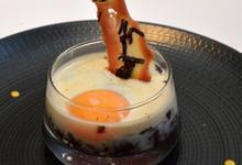 Les Œufs Cocottes En CompotÉe De Chou Rouge À L'Abricot Sec Espuma De Bacon Et Tuile