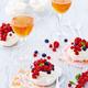 Mini pavlova aux fruits rouges nappée d'une crème fouettée légère au cidre