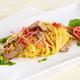 Spinosini au jambon de Parme, sauce de bœuf grillé et pesto de roquette