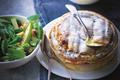 Camembert cuit dans sa boîte, salade de pommes vertes et noix