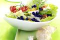 Salade Verte avec des Myrtilles  et du Camembert