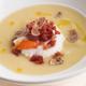 Jambon de Parme et truffe blanche  accompagnés d'œufs pochés sur un lit de purée de poireaux.