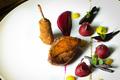 Pigeonneau rôti, gnocchi de betterave rouge à la cannelle cassia. Cuisses croustillantes à la cazette de noisette.