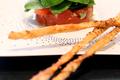 Tartare de tomates et pousses d'épinards, grissinis au cumin
