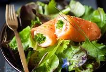 Rouleaux de saumon, crabe et Jeunes pousses Bonduelle