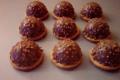 Dôme chocolat noir-coeur caramel-cacahuètes